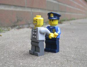 Unser Stadtteilpolizist schaut auch auf unserem Schulhof vorbei. Verhaften muss er hier aber keinen. (Fotokurs 2016)